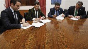 Dirigentes del PP y Vox firman el acuerdo que permitirán investir a Juan Manuel Moreno como presidente de la Junta de Andalucía.