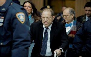 Harvey Weinstein dirante el juicio en su contra por abusos sexuales.