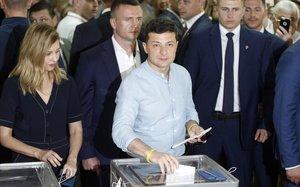 Zelenski, en el momento de votar en Kiev.
