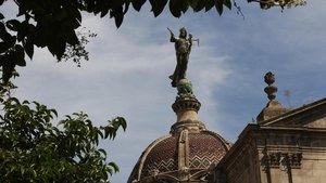 La estatua de la Mercè que corona la basílica construida en su honor.