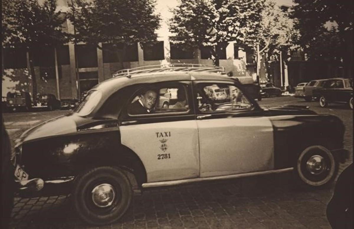 Dalí, dentro de un taxi de Barcelona.