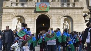 La bandera gitana colgada del balcón del Ayuntamiento de Barcelona, este viernes.