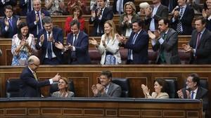 Cristóbal Montoro recibe el aplauso de sus compañeros de partido tras la aprobación de los Presupuestos.