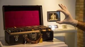 Imagen de la Maleta Buïgas y una de las placas de vidrio que custodia, en el Museu dArt de Cerdanyola.