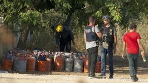 Los agentes investigan en chalet de la urbanizacion Montecarlo donde los terroristas preparaban los explosivos.