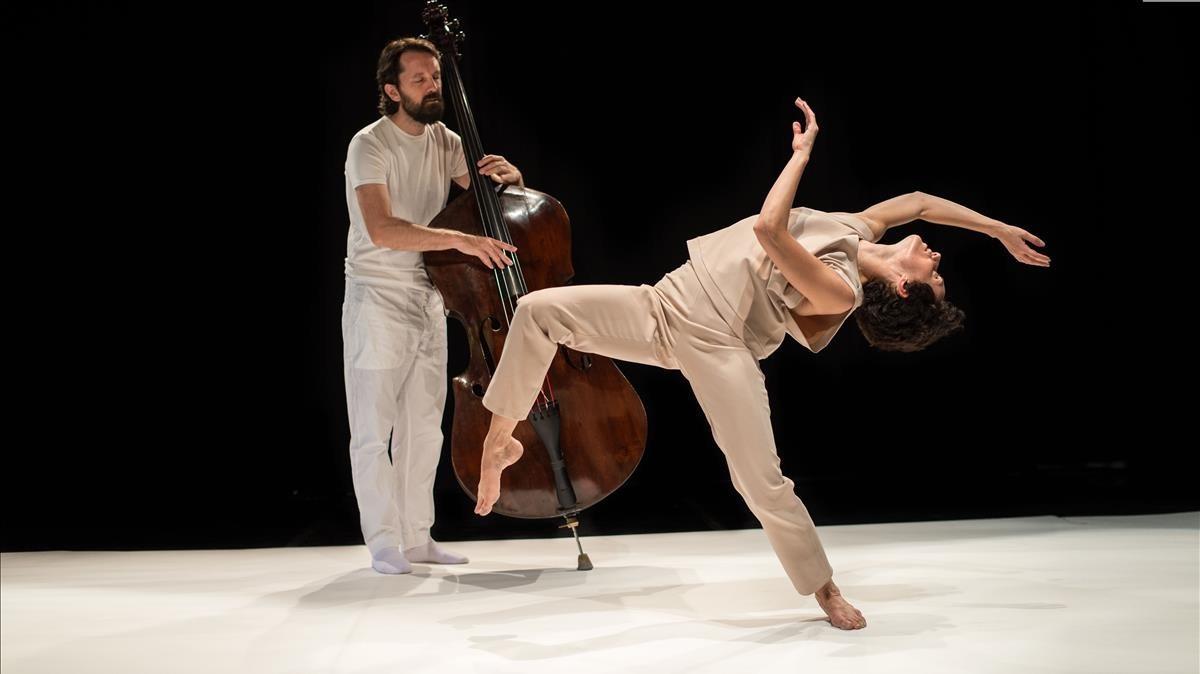 Pablo Martín Caminero iMelania Olcina en una escena del captivadorDouble Bach, creat amb el coreògrafAntonio Ruz.