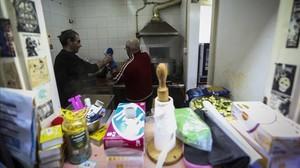 Dos voluntariosen la cocina de un comedor social, en Barcelona.
