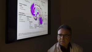 El psiquiatra Eduard Vieta, en su consulta del Hospital Clínic.
