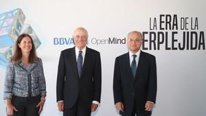 Francisco González, presidente del BBVA (en el centro) flanqueado por Diana Owen y Zia Qureshi, autores del libro La era de la perplejidad. Repensar el mundo que conocíamos.