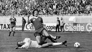 Uli Stielike va al suelo para disputar un balón a Graeme Souness en la final de París de 1981.