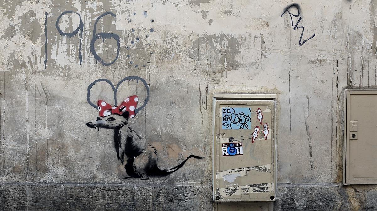 El dibujo de una rata atribuido a Banksy, en París.