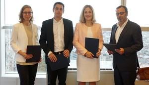 La vicepresidenta del BEI, Emma Navarro, junto a los consejeros delegados de Grífols, Víctor Grífols Deuy Raimon Grífols Roura.