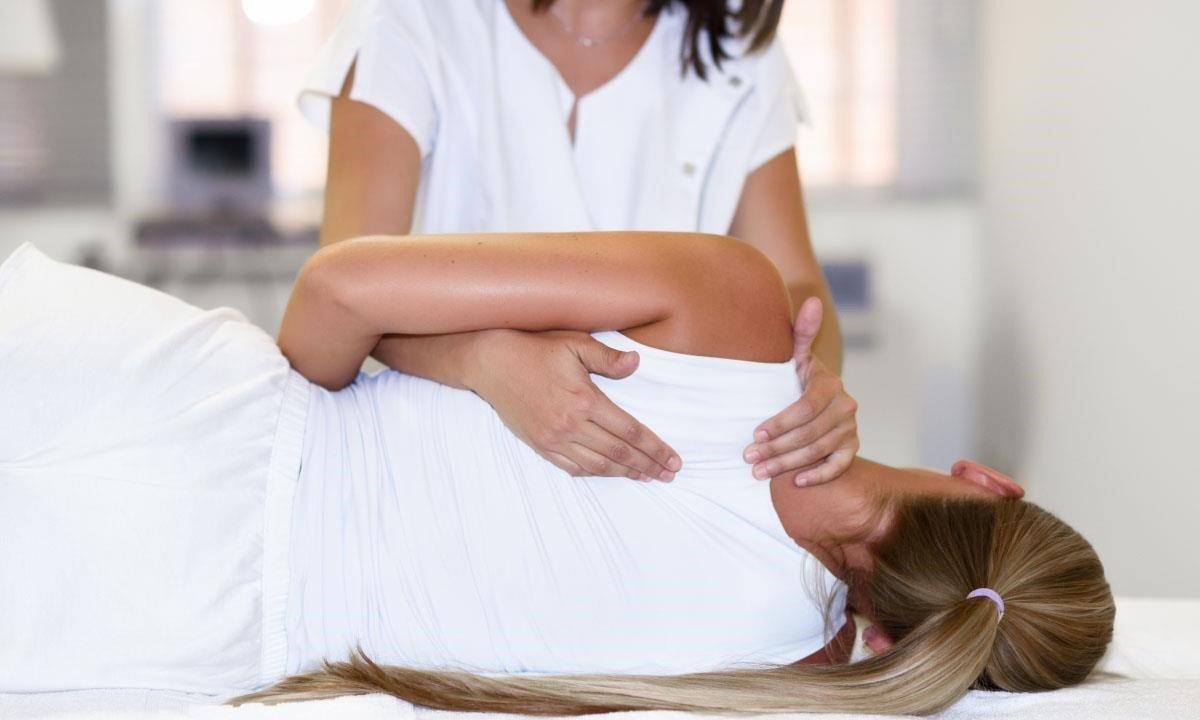 Una fisioterapeuta durante una sesión laboral.