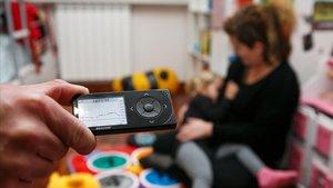 Famílies de nens diabètics denuncien que els sensors per als seus fills no arriben