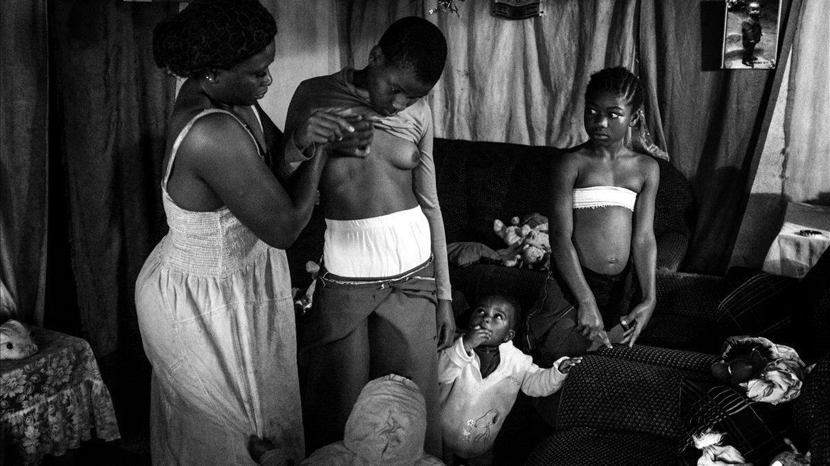 Una de las fotografías de Belleza prohibida, que documentan como en Camerún las madres planchan el pecho de sus hijas para evitar su violación.