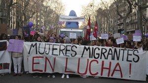 Manifestacion feminista del 8 de marzo por la Gran Via de Barcelona .