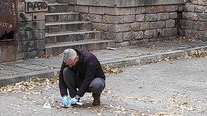 Un miembro de la policía científica de los Mossos dEsquadra recoge restos biológicos en el lugar de la violación, junto al Marítim.