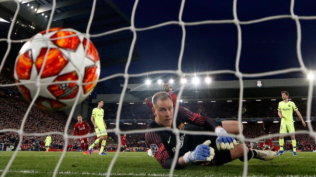 Ter Stegen observa impotente cómo entra, por segunda vez, el balón en su portería en el Liverpool-Barça de la Champions.