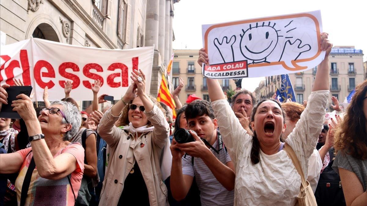 'Comuns' e independentistas toman la plaza de Sant Jaume