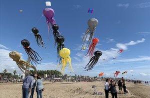 Vuelo de cometas este domingo en la playa de Castelldefels.