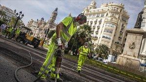 Un operario en el arranque de las obras de peatonalización de la plaza del Ayuntamiento de València este lunes