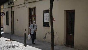 Una de las fincas de Pons i Gallarza, con un cartel en la ventana en contra de la gentrificación.