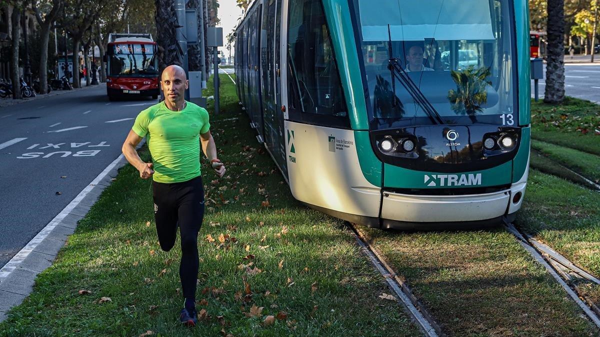 El 'runner' de Barcelona que guanya el bus, el metro i el tramvia