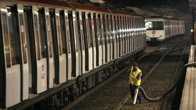 Labores de mantenimiento en el metro de Barcelona.