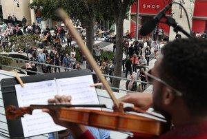Cincuenta años después diez jóvenes de la sección de cuerda de la orquesta Sinfónica del Nuevo Mundo interpretaron una decena de temas como Hey Jude y Let it be.