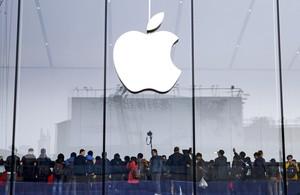 Milers de clients fan cua en una botiga dApple a Hangzhou, Xina.