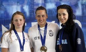 Mireia Belmonte (centro), en el podio de los 200 estilos, escoltada por África Zamorano (a su izquierda) y Kaminskaya