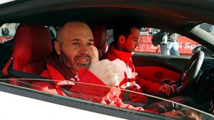 Iniesta ay Busquets, a bordo de un coche antes de empezar la práctica en Montmeló.