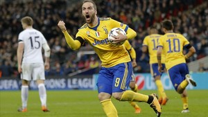 Higuaín celebra su primer gol de la Juventus en Wembley