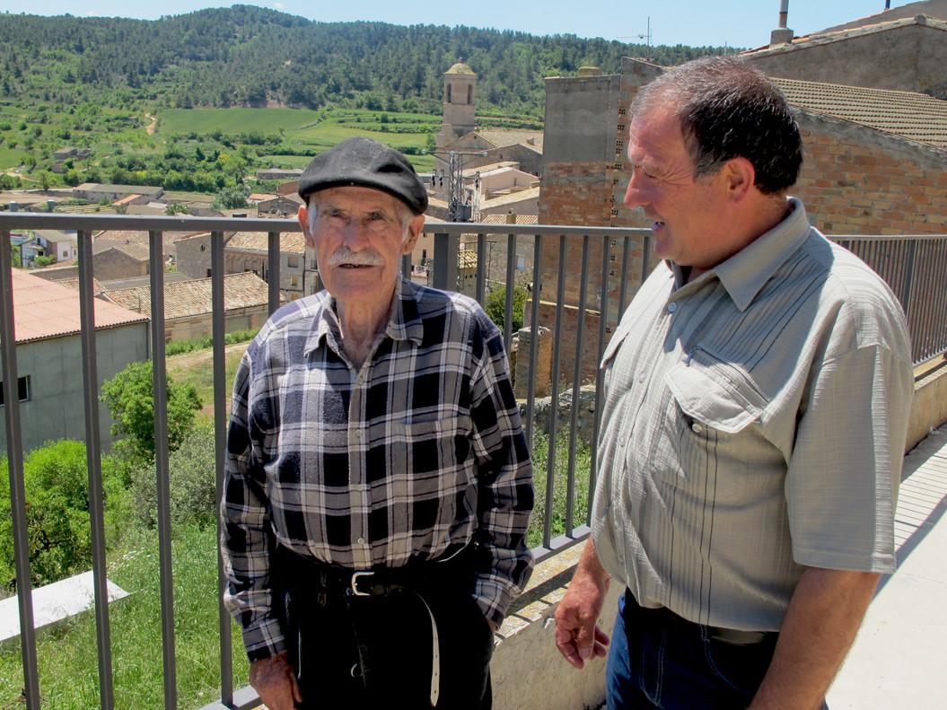 Delfí Escoté (derecha) charla con Josep, de 86 años, vecino de Els Omells.