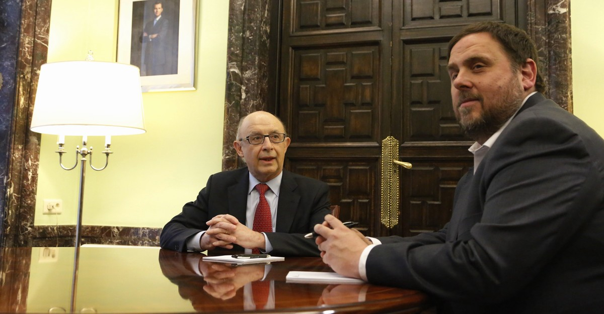 El ministro de Hacienda, Cristóbal Montoro, y el conseller de Economia, Oriol Junqueras, en el Ministerio en marzo del 2016.