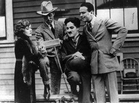 De izquierda a derecha: Pickford, Griffith, Chaplin y Fairbanks.