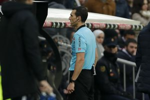 Martínez Munuera consulta el monitor del VAR durante el último Real Madrid-Sevilla de liga.