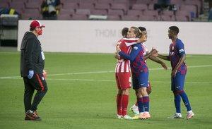 Antoine Griezmann saluda a sus excompañeros del Atlético tras el partido ante el Barça.