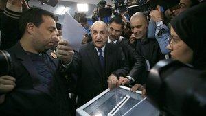Abdelmaldjid Tebboune, este jueves, mientras votaba en su colegio electoral.