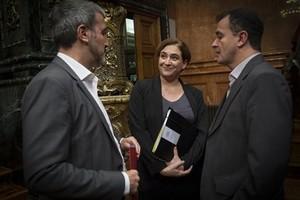 Ada Colau, flanqueada por Jaume Collboni (izquierda) y Alfred Bosch, en un pleno municipal.
