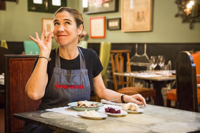 Ada Parellada, con platos realizados con sobras, en su restaurante, Semproniana.