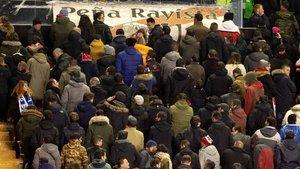 La afición del Rayo protesta por los horarios en un partido de Liga.