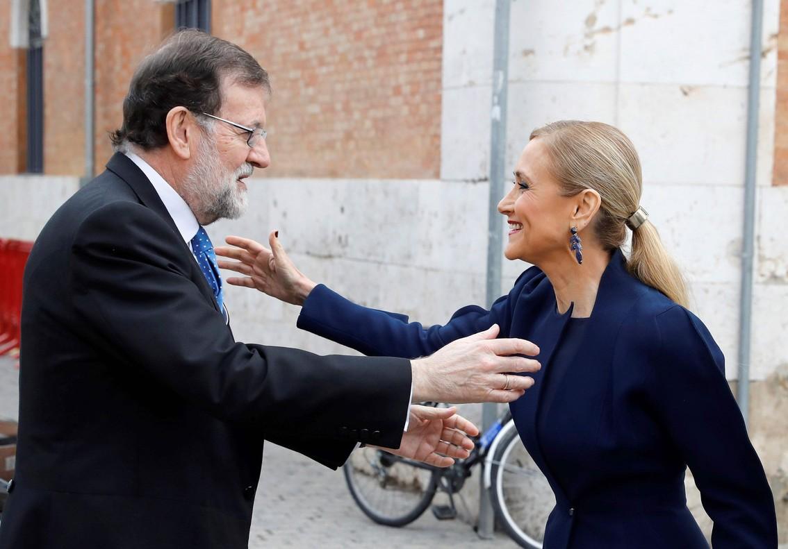 Mariano Rajoy y Cristina Cifuentes se saludan a la llegada al acto de entrega del Premio Cervantes, este lunes en Alcalá de Henares.