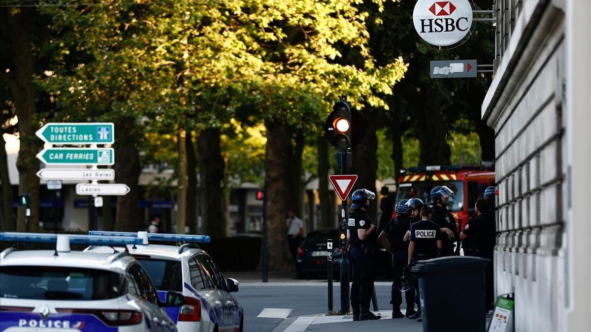 Agentes de policía franceses, a las afueras del banco secuestrado por un hombre armado en Le Havre, este jueves.