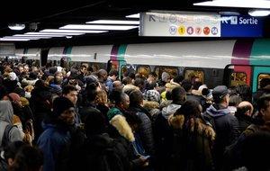 Aglomeraciones en el transporte de París por las protestas por la reforma de las pensiones.