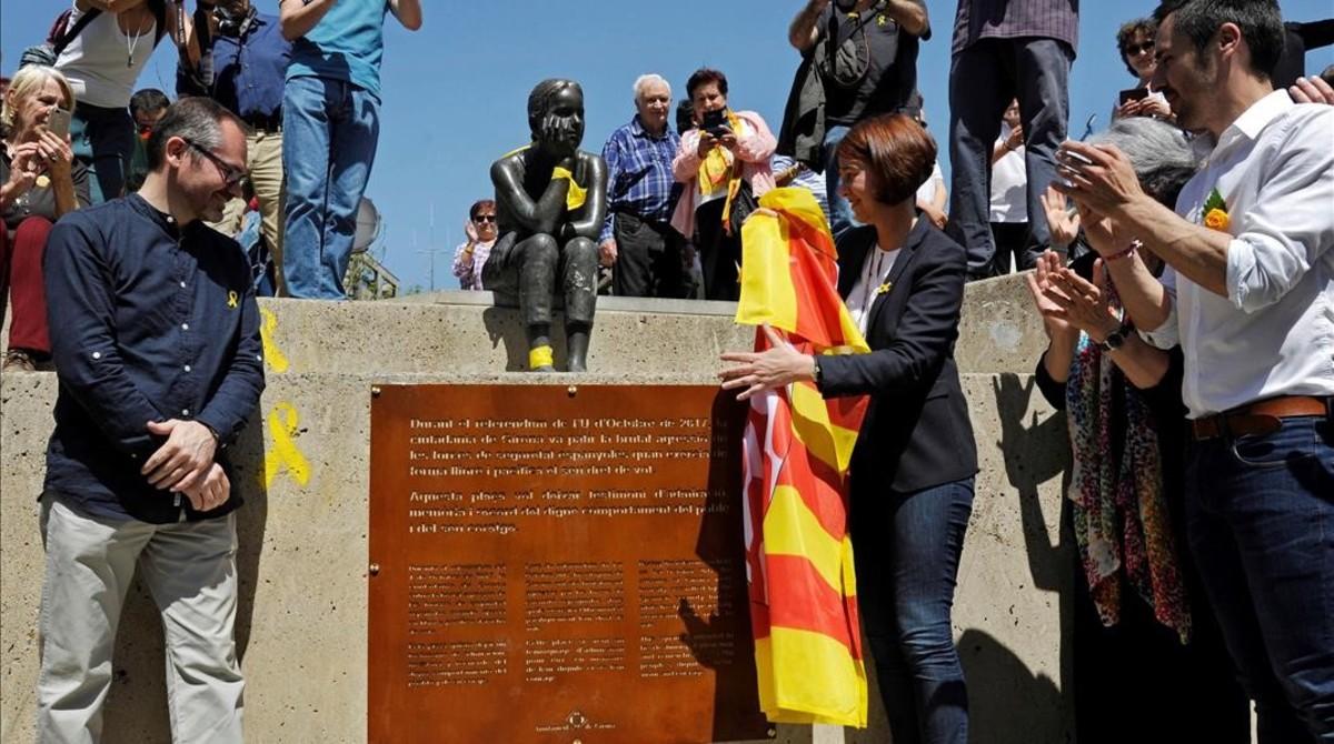 La alcaldesa de Girona, Marta Madrenas (con la bandera), descubre, en abril del año pasado, la placa que inauguró el cambio de nombre de la plaza Constitución por 1 de octubre.