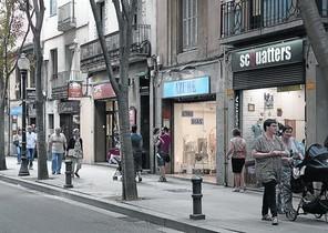 Ambiente comercial en el eje de tiendas de Gran de Sant Andreu, el pasado viernes.