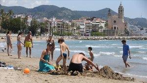 Ambiente en la playa de Sitges, este sábado a mediodía.