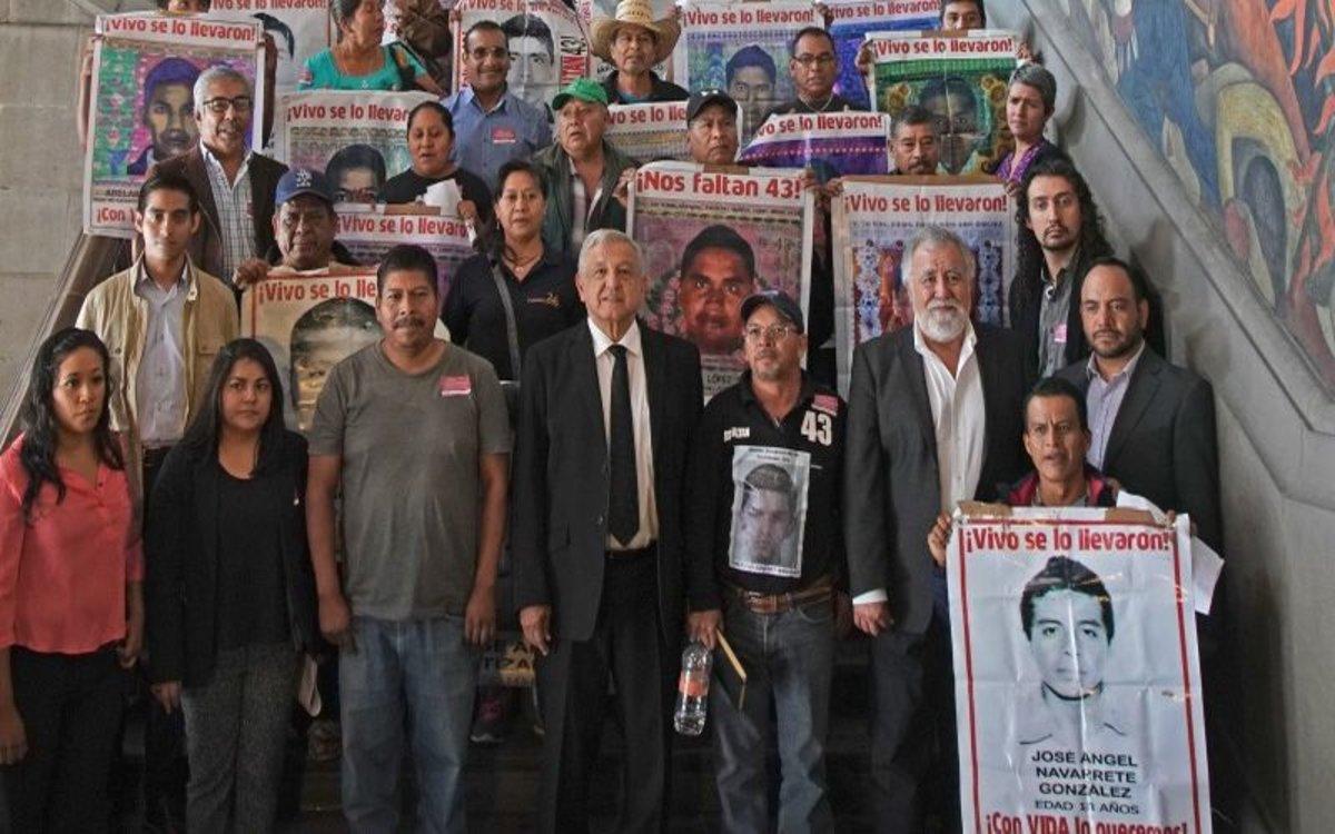 El presidente de México y los padres de los 43 estudiantes desaparecidos.