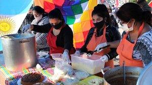 Un colectivo de vecinos deBuenos Aires reparte comida entre los mas necesitados durante la crisis provocada por el covid-19.